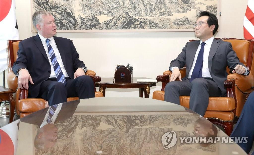 资料图片:10月29日上午,在韩国外交部,外交部韩半岛和平交涉本部长李度勋(右)会见美国对朝政策特别代表斯蒂芬·比根。(韩联社)