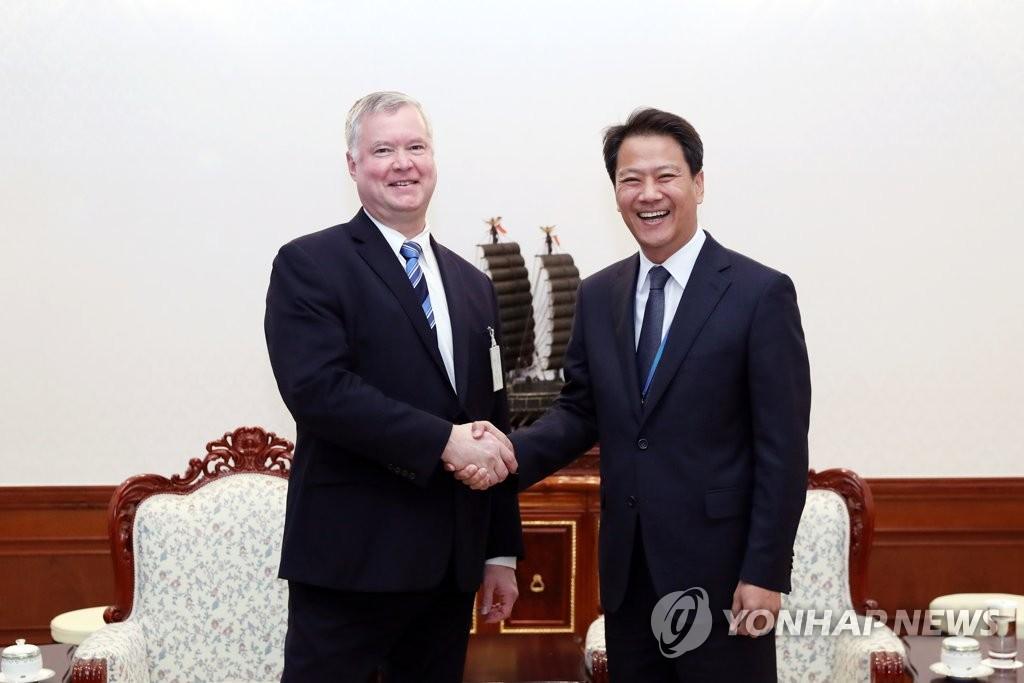 韩总统幕僚长会见美对朝代表
