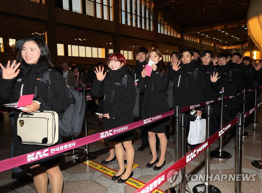 10月30日,在首尔金浦机场,WT示范团成员准备乘机出境。(韩联社)