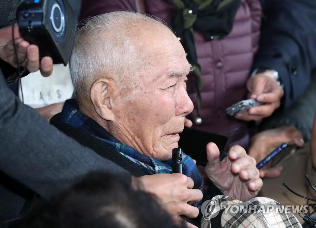 10月30日下午,在韩国大法院,原告李春植老人在听判后含泪发表感言。(韩联社)