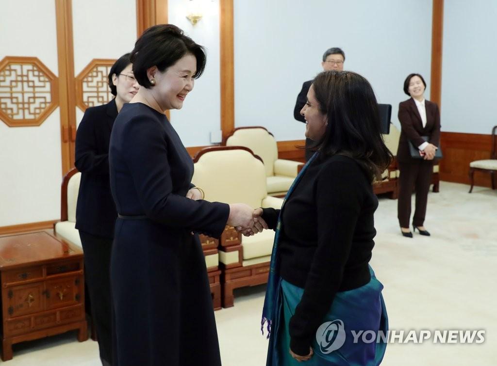 韩第一夫人金正淑启程前往印度
