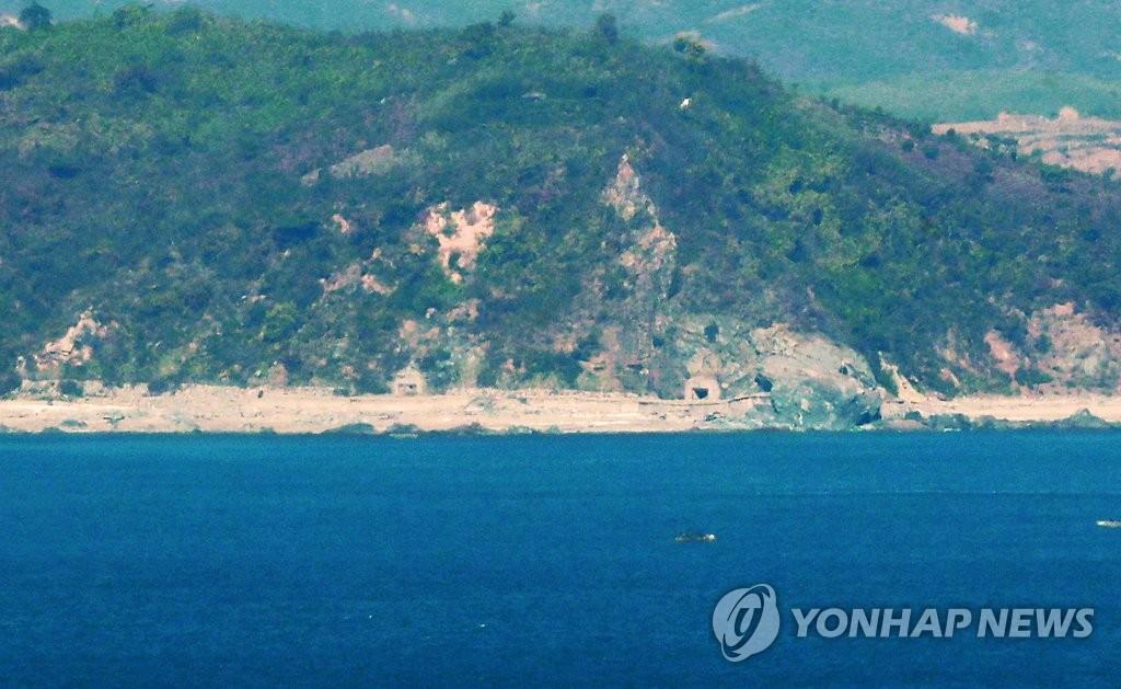 资料图片:11月1日上午,从韩国延坪岛望乡瞭望台瞭望到的黄海缓冲区一带朝鲜海岸炮阵地处于关闭状态。(韩联社)