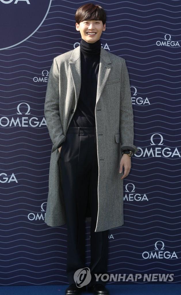 """资料图片:11月2日,在首尔COEX会展中心露天广场,出席欧米茄海马300""""至臻同轴""""天文台表系列腕表展宣传活动。(韩联社)"""