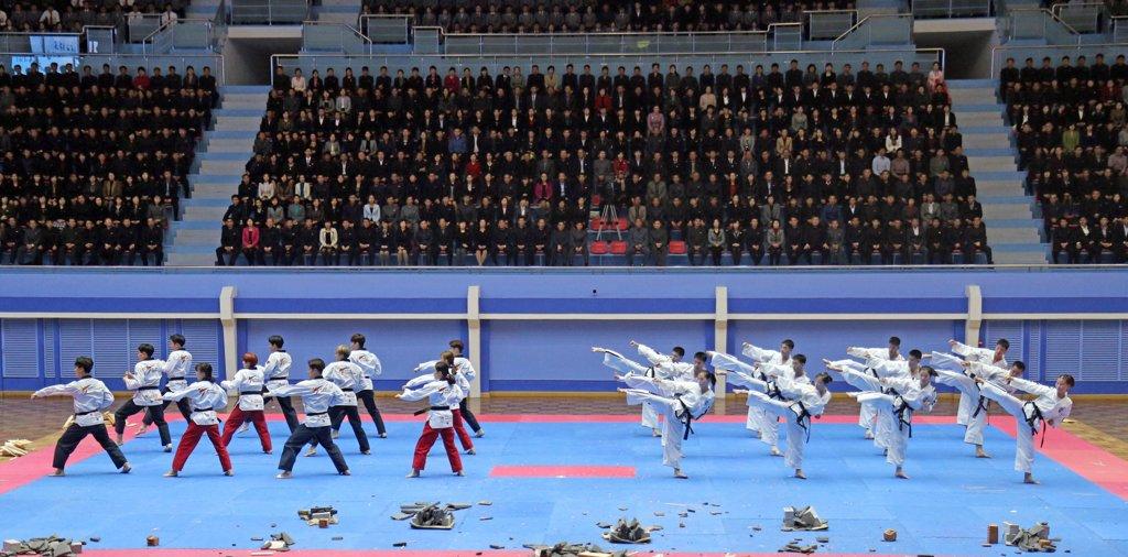 资料图片:2018年11月3日,在平壤,韩朝跆拳道示范团举行联合演出。(韩联社)