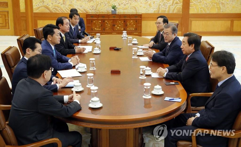 11月5日,在青瓦台,韩国总统文在寅(右三)和朝野五党党鞭举行朝野政协商机制首次会议。(韩联社)
