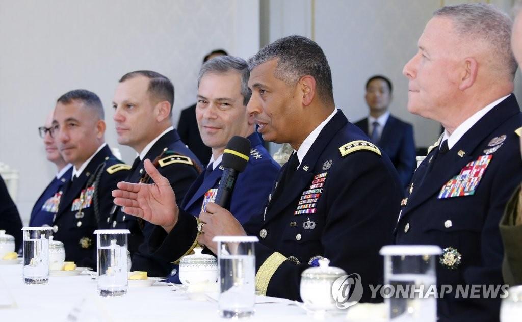 布鲁克斯(右二)在茶话会上发言。(韩联社)