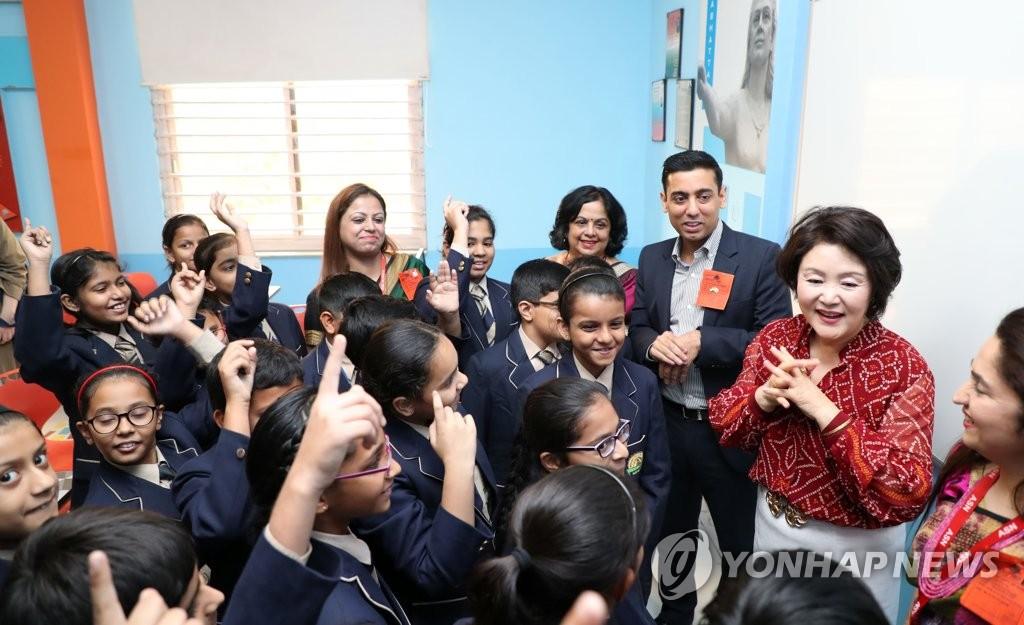 资料图片:当地时间11月5日上午,在印度新德里,韩国总统文在寅夫人金正淑(右二)访问ASN综合学校,与学生们交流。(韩联社)