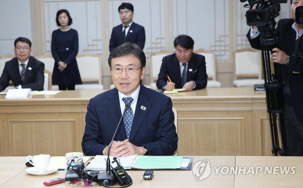 11月7日,在位于开城的韩朝联络办公室,保健福祉部次官权德喆在韩朝卫生工作会谈上发言。(韩联社/联合采访团)
