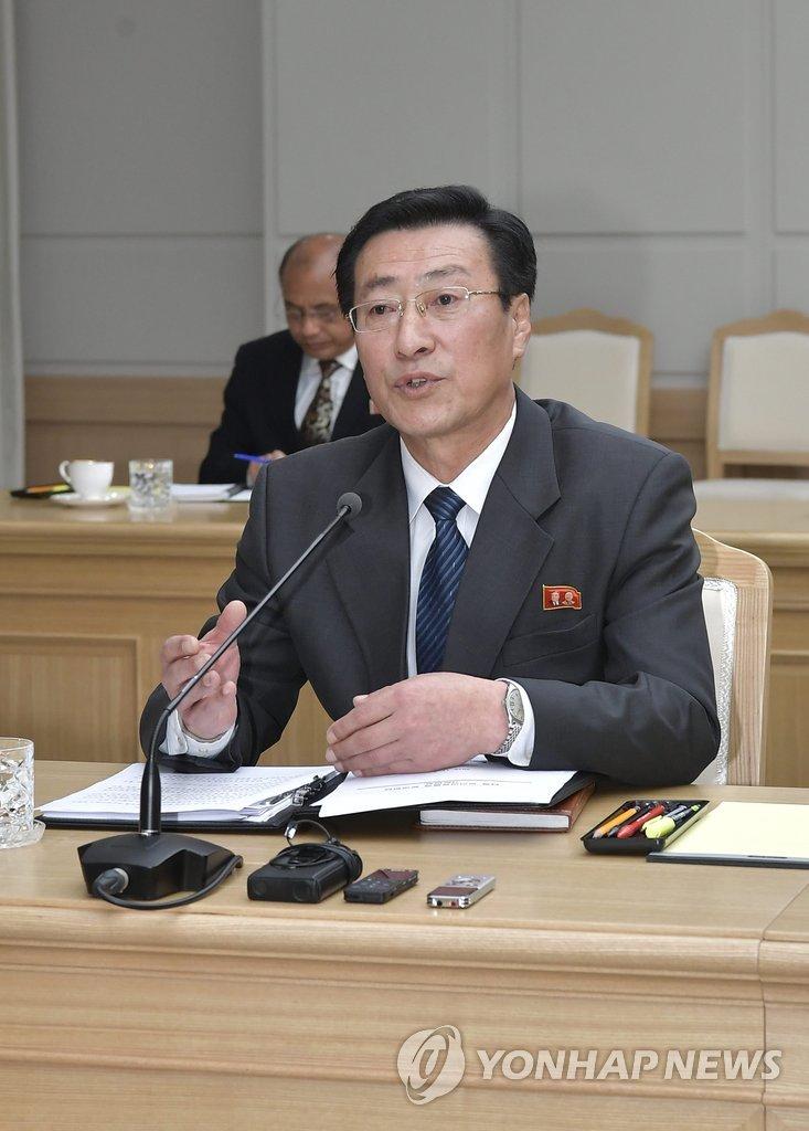 11月7日,在位于开城的韩朝联络办公室,保健省国家卫生检查院院长朴明守在韩朝卫生工作会谈上发言。(韩联社/联合采访团)