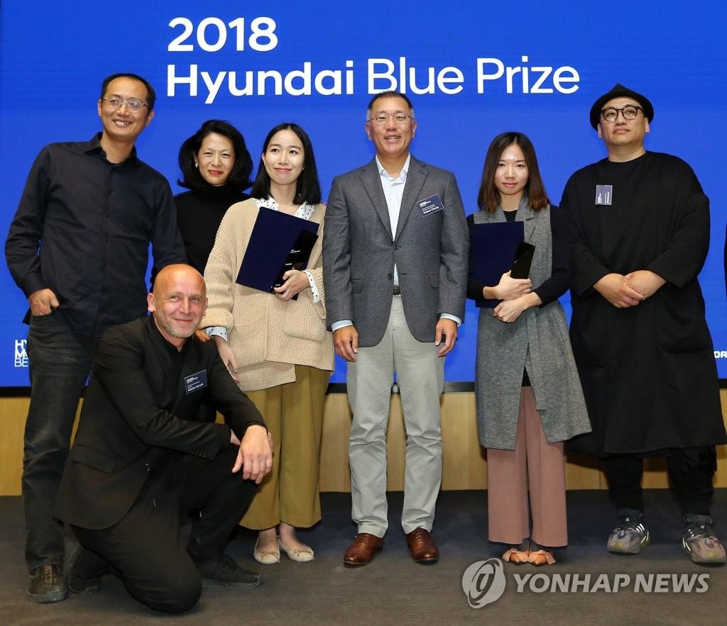 """第二届中国青年策展人奖""""Hyundai Blue Prize""""评审委员和获奖人合影。(韩联社/现代汽车供图)"""
