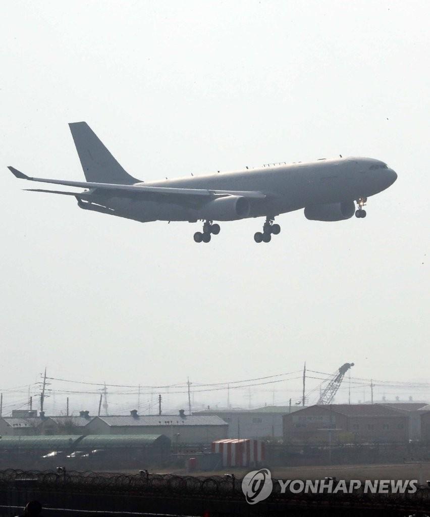 11月12日下午,在釜山金海机场,空客D&S的A330 MRTT正在着陆。(韩联社)