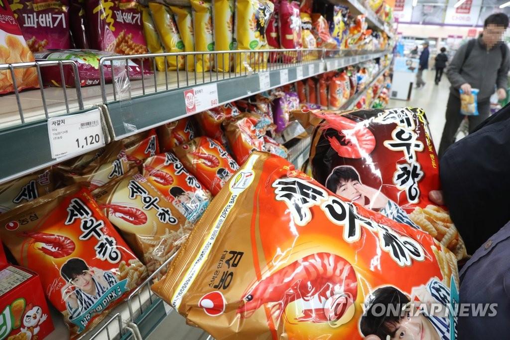 资料图片:韩国一家大型超市的零食柜台(韩联社)