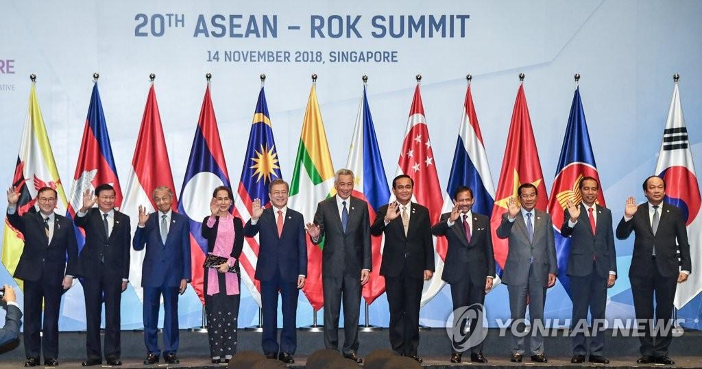 当地时间11月14日上午,在新加坡新达城国际会展中心,韩国总统文在寅(左五)出席第20次东盟与韩国(10+1)领导人会议并与东盟各国领导人合影留念。(韩联社)