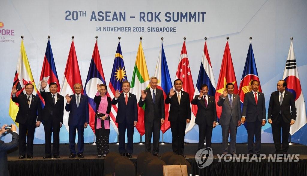 当地时间11月14日上午,在新加坡新达城国际会展中心,韩国总统文在寅(左五)出席第20次韩国与东盟领导人会议并与东盟各国领导人合影留念。(韩联社)