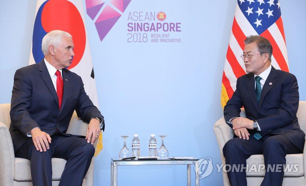 当地时间11月15日上午,在新加坡新达城国际会议展览中心,为出席东盟系列峰会而正在新加坡访问的韩国总统文在寅(右)与美国副总统彭斯举行会晤。(韩联社)