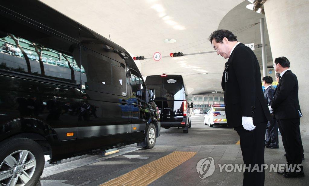 11月15日下午,在仁川国际机场第一航站楼入境大厅,国务总理李洛渊向金山海和闵春基的遗骸默哀。(韩联社)