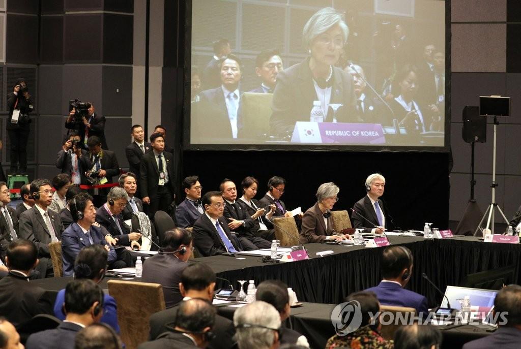 当地时间11月15日上午,在新加坡新达城国际会议展览中心,韩国外交部长官康京和代表总统文在寅出席第21次东盟与韩中日(10+3)领导人会议并发表主旨演讲。文在寅当天因与美国副总统彭斯举行会晤的日程有所延迟而稍晚出席该会议。(韩联社)