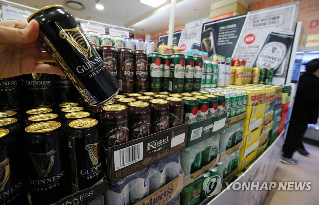资料图片:首尔一家大型超超市的啤酒柜台 韩联社