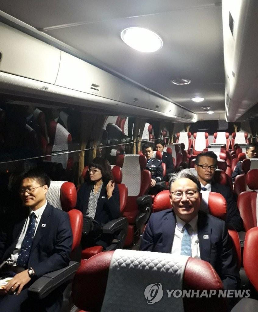 11月16日,韩国国土交通部室长孙明秀率团前往开城,出席在韩朝联络办公室举行的韩朝航空工作会谈。(韩联社)
