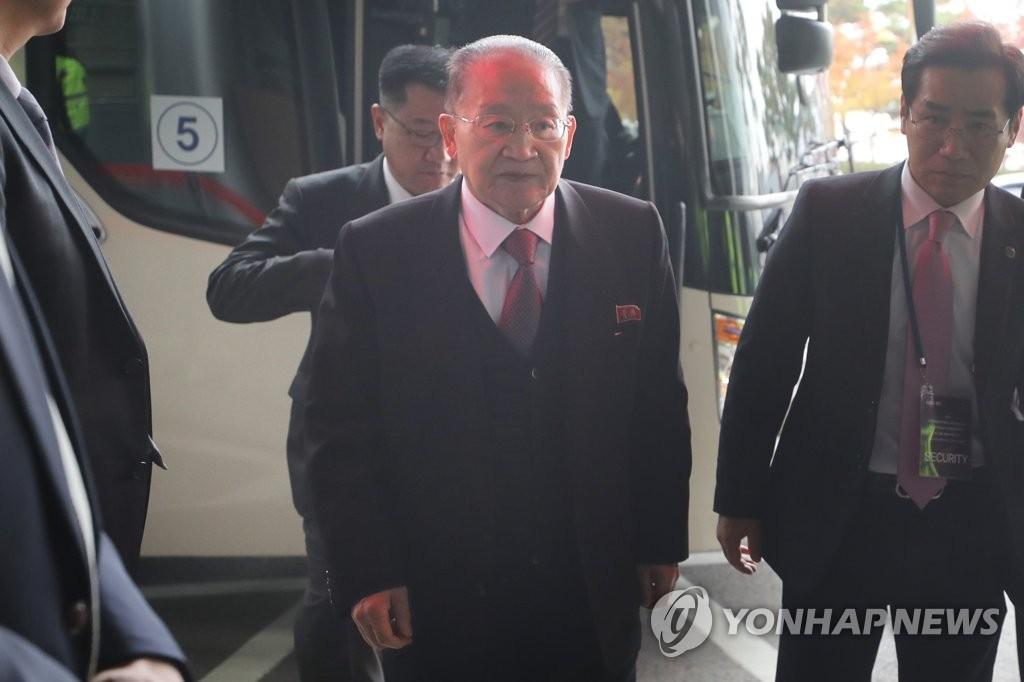 11月16日上午,在京畿道高阳市,朝鲜亚太和平委员会副委员长李种革(右二)参观湖水公园后乘车返回下榻的酒店。(韩联社)