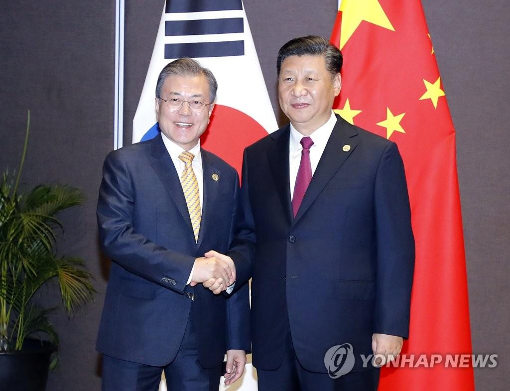资料图片:韩国总统文在寅(左)和中国国家主席习近平 韩联社