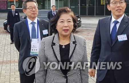 11月18日,在朝鲜金刚山,现代集团会长玄贞恩抵达花津浦服务区准备出席纪念金刚山旅游20周年活动。(韩联社)