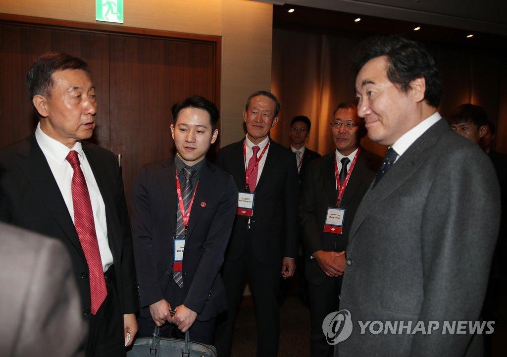 11月20日,在首尔新罗酒店,韩国国务总理李洛渊(右)同中国国务委员王勇(左)在出席博鳌亚洲论坛首尔会议开幕式前握手合影。 (韩联社)