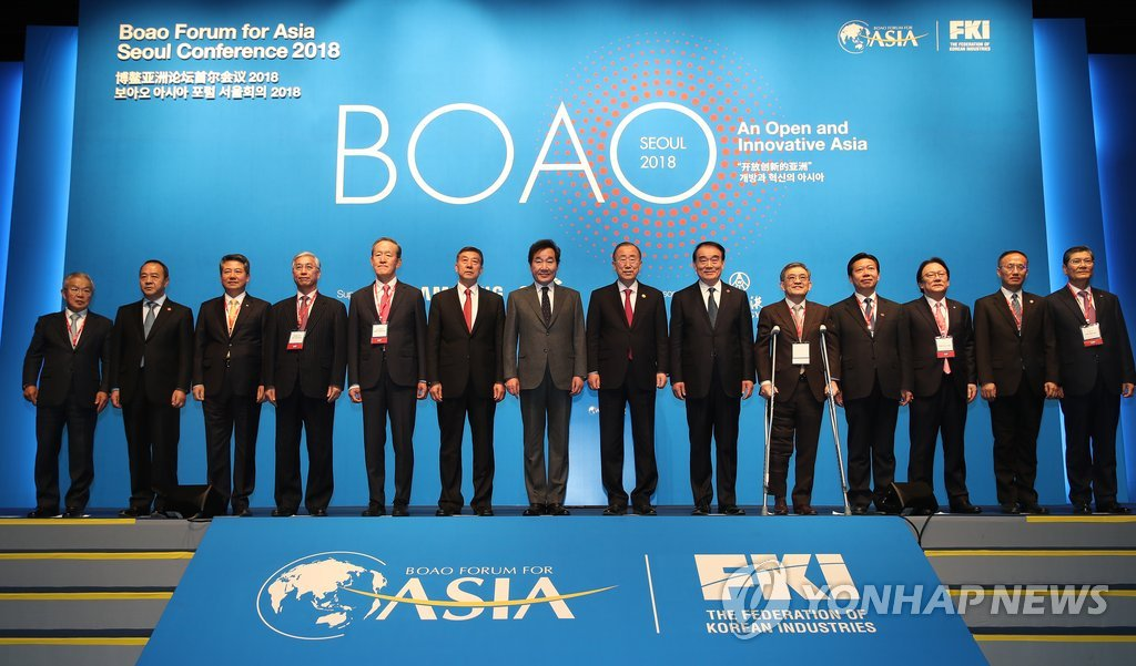 11月20日,在首尔新罗酒店,韩国国务总理李洛渊(左七)出席博鳌亚洲论坛首尔会议并同与会者合影。(韩联社)
