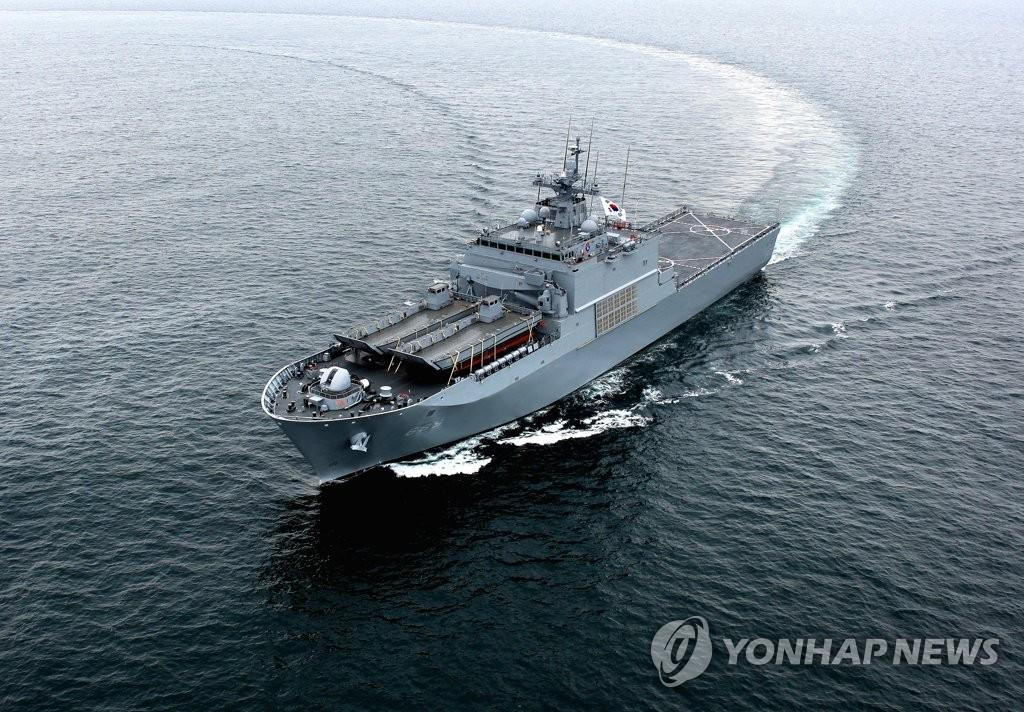 """韩国海军新型两栖登陆舰""""露积峰舰""""(防卫事业厅供图)"""