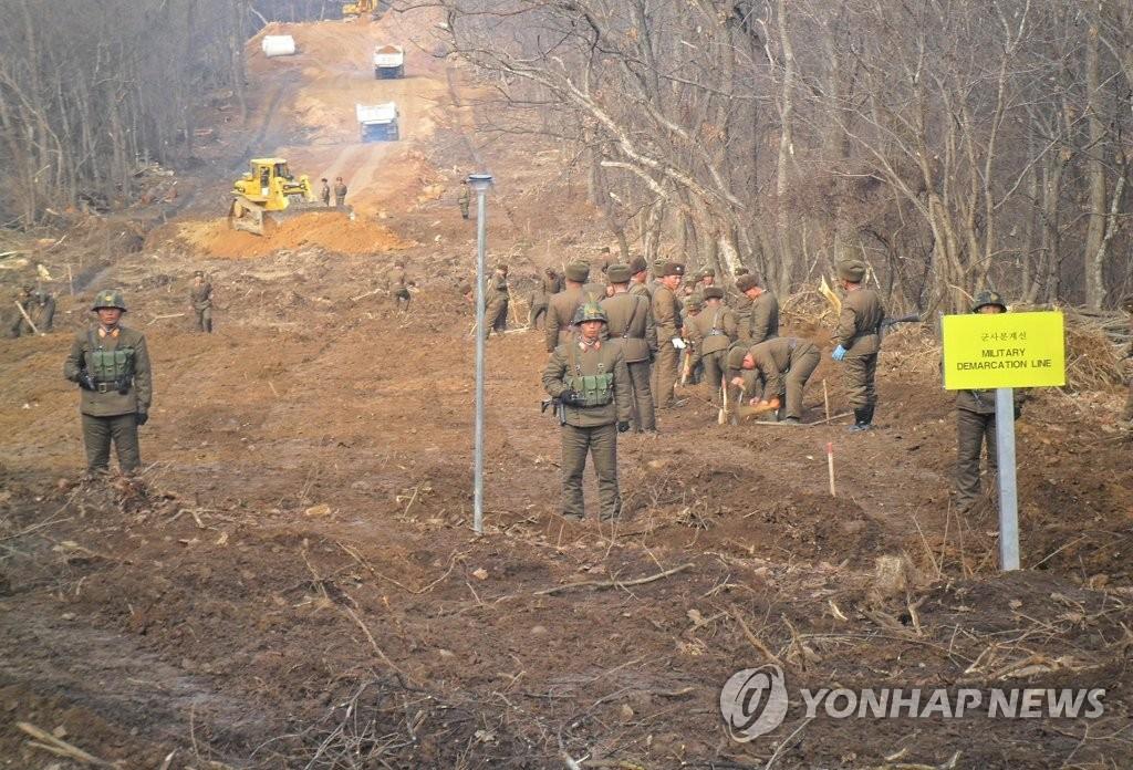 11月22日,在军事分界线附近,韩朝人员正在进行公路连接工作。(韩联社/国防部供图)