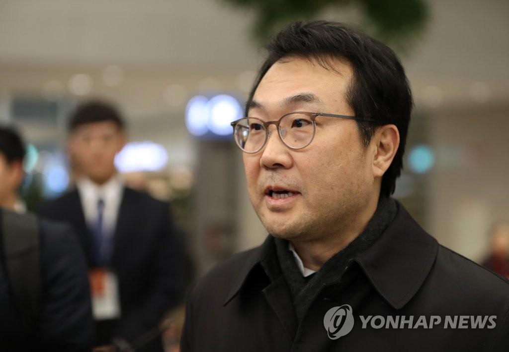 11月22日,在仁川机场,韩国外交部韩半岛和平交涉本部长、朝核事务首席代表李度勋结束访美行程回国并在机场接受记者采访。(韩联社)
