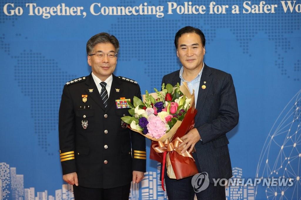 11月23日,在仁川国际机场,金钟阳(右)结束记者会与警察厅长闵钾龙合影。(韩联社)