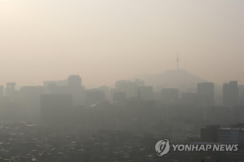 资料图片:首尔雾霾压城(韩联社)