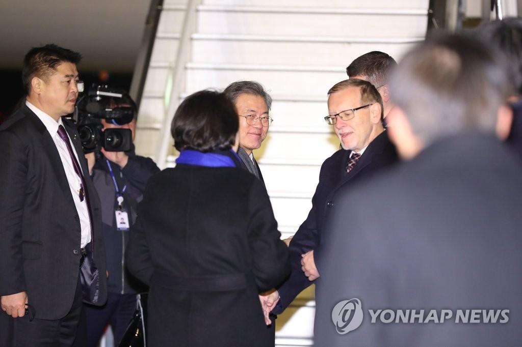 当地时间11月28日下午,在布拉格瓦茨拉夫·哈维尔国际机场,文在寅夫妇启程赴阿根廷前与到场送行的捷方人士握手。(韩联社)