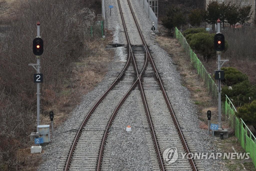 毗邻朝鲜的韩国坡州市临津江站的铁路信号灯(韩联社)