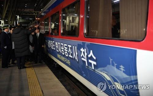 韩列车北上赴朝检查轨道