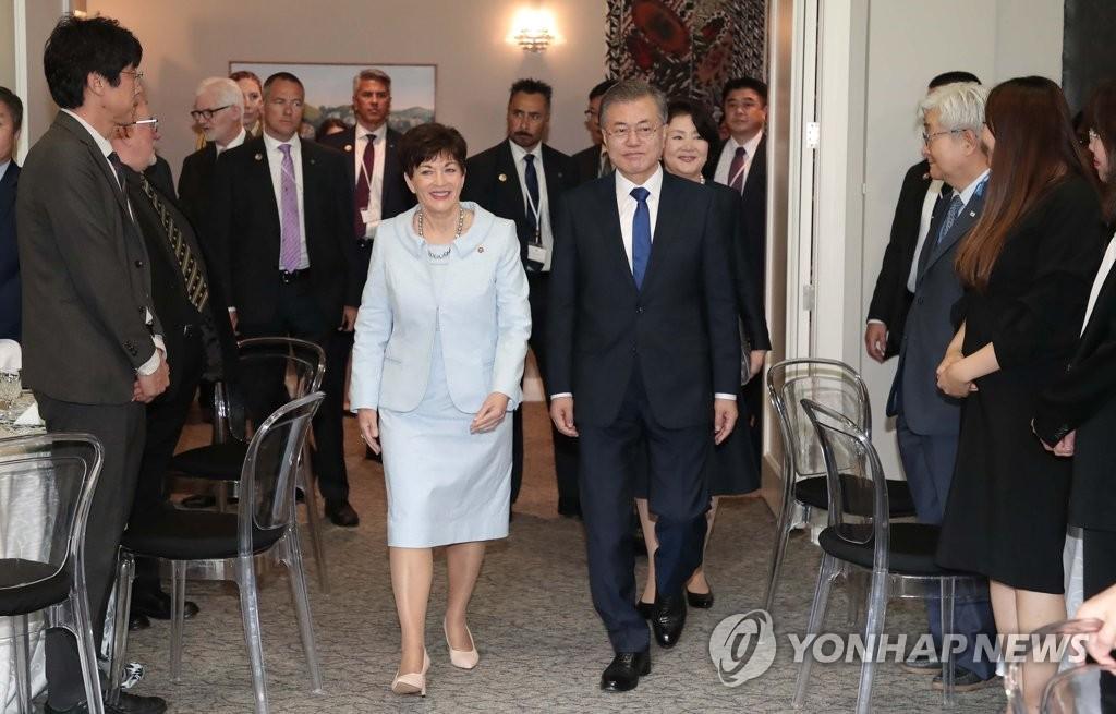当地时间12月3日下午,文在寅(右)和帕齐·雷迪一同步入午宴场合。(韩联社)