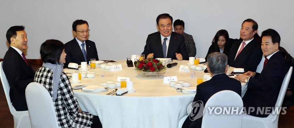 资料图片:2018年12月3日,在韩国国会,国会议长文喜相(居中)与各政党代表共进午餐。(韩联社)