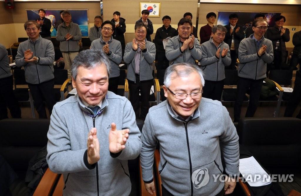"""12月5日上午,在韩国航空宇宙研究院,科研人员在""""千里眼2A""""号成功实现首次通信后鼓掌庆祝。(韩联社)"""