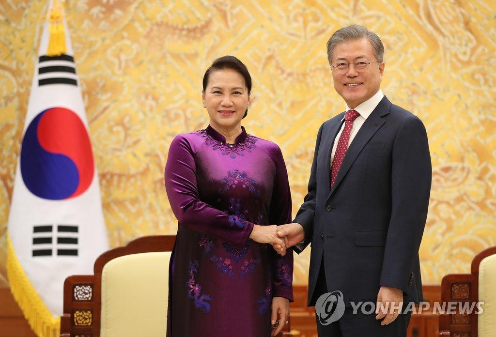 文在寅会见越南国会议长
