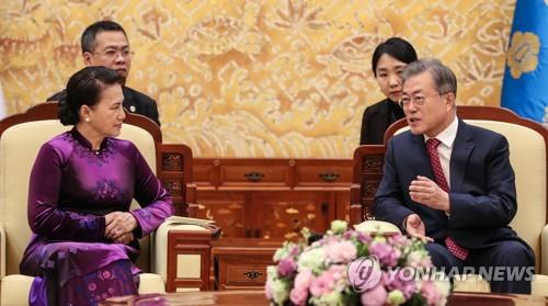 文在寅会晤越南国会主席阮氏金银