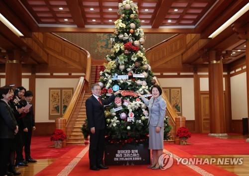 韩总统夫妇装点圣诞树