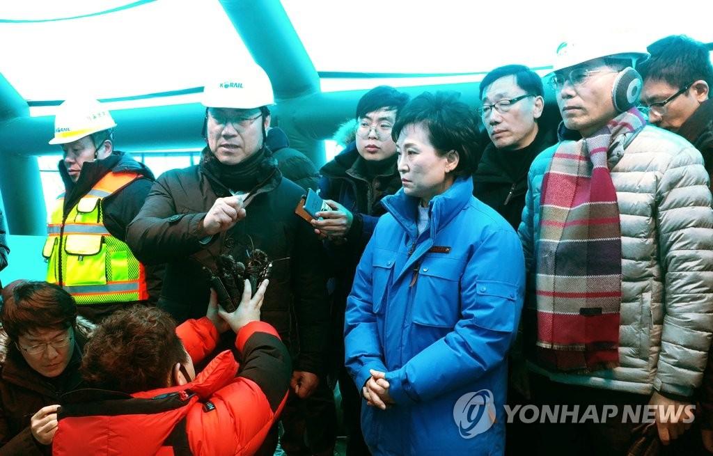国土部长官访问列车脱轨事故现场