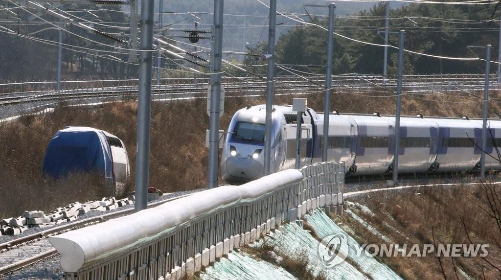资料图片:12月10日,江陵线高铁重启运行,图为列车经由江陵线列车脱轨事故区段。(韩联社)