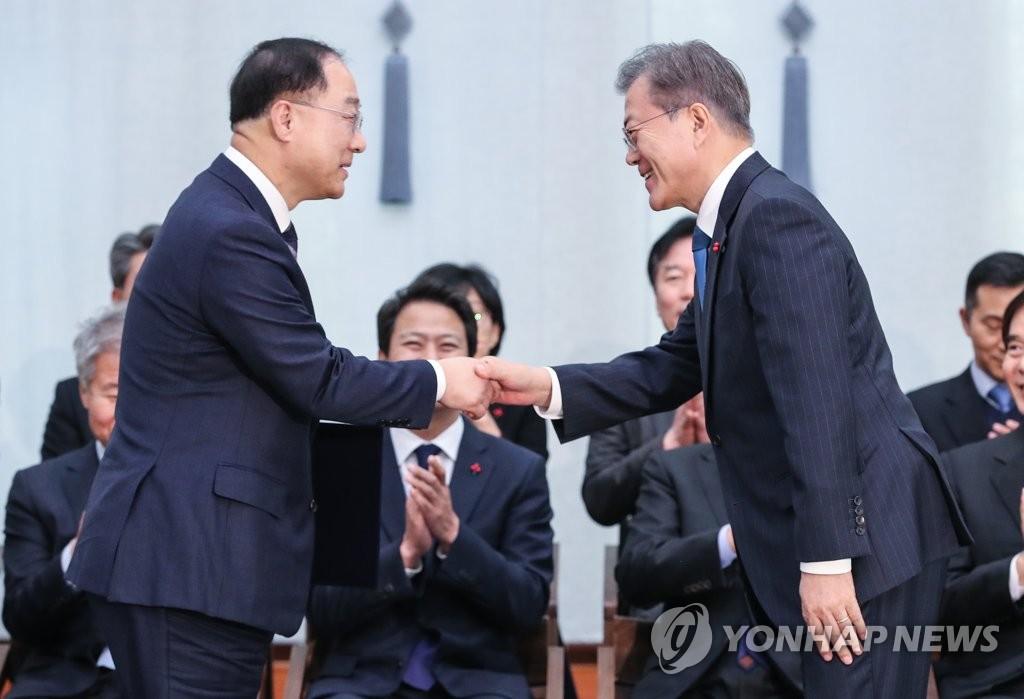 韩候任经济首长获总统任命状明履新就任