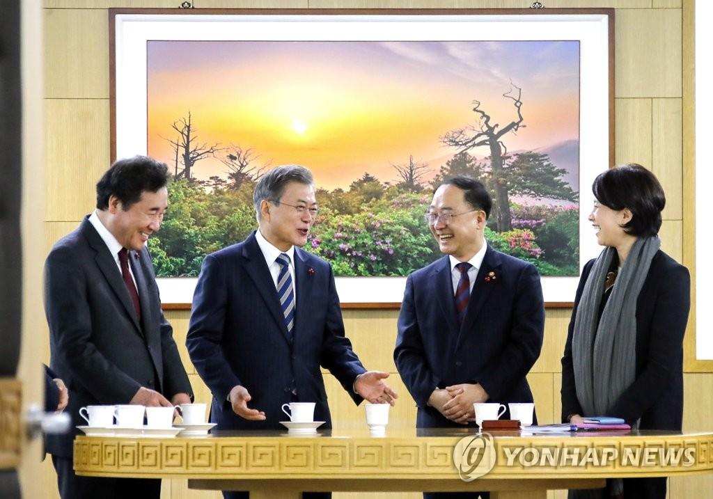 文在寅与总理们把茶言欢