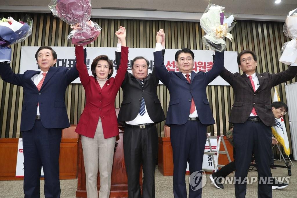 12月11日,在国会,罗卿瑗(左二)在成功当选为自由韩国党的新任党鞭后与党内领导人高举双手庆祝。(韩联社)