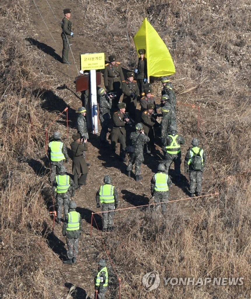12月12日,在非军事区,韩朝双方人员为相互检查试点拆除哨所情况会合。(韩联社/联合采访团)