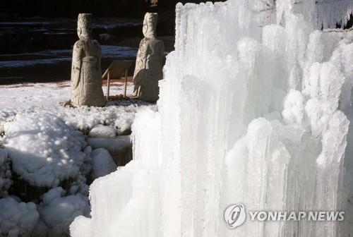 喷泉因寒结冰