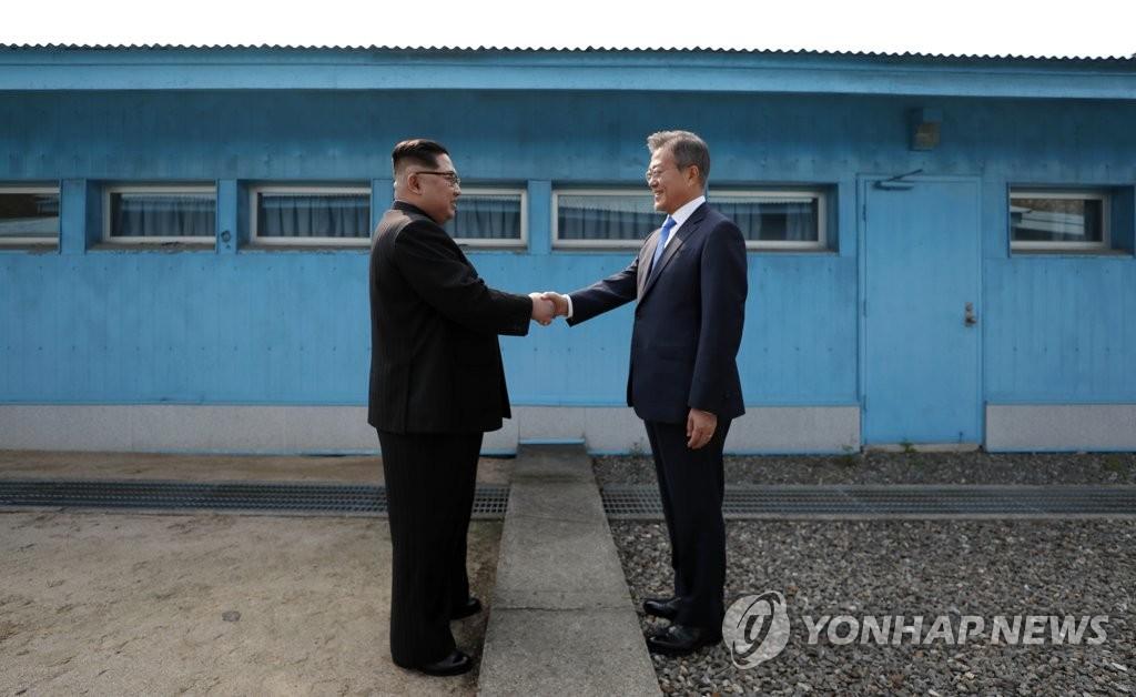 资料图片:金正恩(左)与文在寅(韩联社)